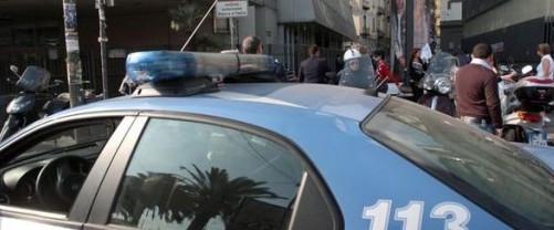 Pusher africani in azione all'Esquilino: calci e pugni agli agenti che li arrestano