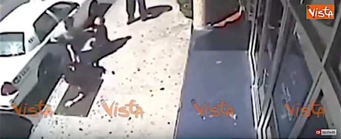 Poliziotte soccombono al malvivente, i passanti le salvano (video)