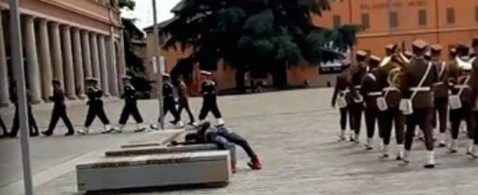 Sfilano i militari, passa la fanfara e un migrante bivacca nel centro della piazza