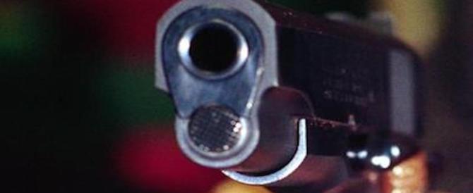 Mostra la pistola agli amici e si spara per sbaglio un colpo in testa: è grave