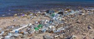 Spiagge italiane invase dalla plastica. Legambiente: 670 rifiuti ogni 100 metri
