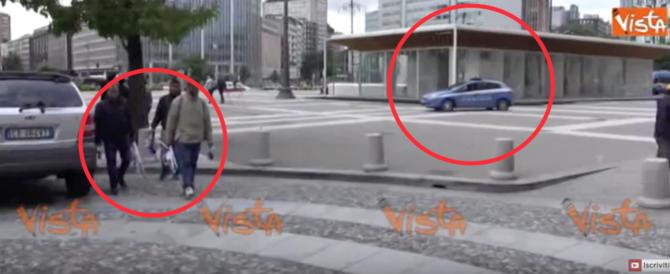 """A Milano, dopo il blitz, tutto come prima. """"Vù cumprà"""" e immigrati sono lì… (video)"""