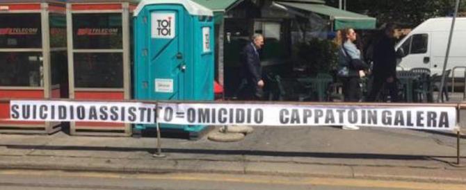 """""""Cappato in galera!"""" Al tribunale di Milano uno striscione contro il radicale"""