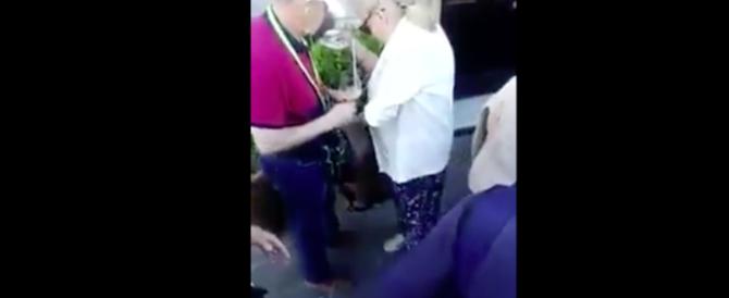 Napoli, turisti russi rubano le tazzine dello storico caffè Gambrinus (video)
