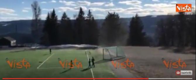 Tornado irrompe sul campo di calcio e trascina via tutto (video)