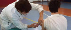 Vaccini, cade l'obbligo di presentare i certificati. Ma c'è chi resta escluso