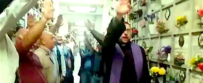 Scandalizza il saluto romano del sacerdote al ricordo per un defunto (video)