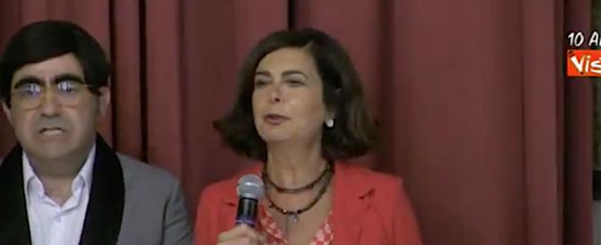 La Boldrini cerca di scherzare, Elio mostra una faccia molto… tesa (video)