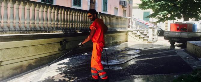 """Livorno, degrado in piazza Caproni. Il sindaco """"scopre"""" il poeta e manda gli spazzini"""