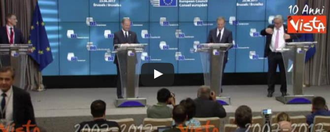Oggi le comiche a Bruxelles: Juncker e la giacca malandrina (video)