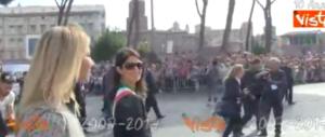 La luna di miele coi romani è finita: Raggi fischiata alla parata del 2 giugno (VIDEO)