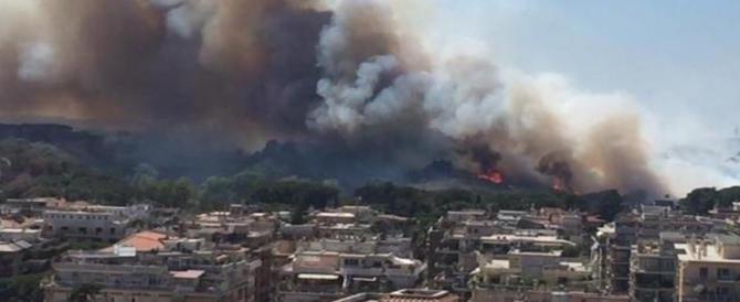 Roma brucia, da Capannelle a Ostia, fiamme e fumo imperversano: è panico (I VIDEO)