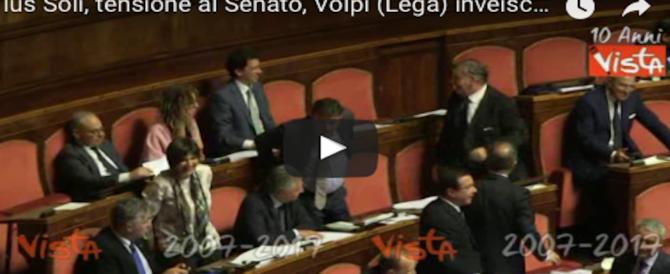 Ius soli, è bagarre della Lega in Aula: contusi tra i banchi e vaffa… indirizzati a Grasso (VIDEO)