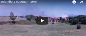 Roma, Casetta Mattei a fuoco: è panico. Le fiamme lambiscono le case (2 VIDEO)