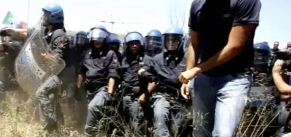 Volevano fermare un bus di migranti: chiesti 7 anni per i militanti di CasaPound (video)