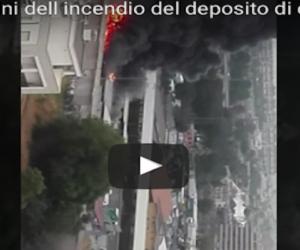 Deposito di camper in fiamme: esplodono i motori. Fumo e detriti in strada (VIDEO)