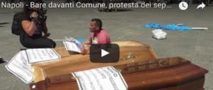 """Napoli, escono dalle bare portate in piazza: è la protesta dei """"seppellitori"""" (VIDEO)"""
