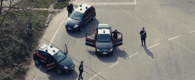 Stranieri ubriachi sputano sulla divisa dei carabinieri, poi commettono atti osceni