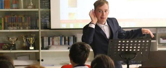 Ha 18 anni, è autistico, insegna alle elementari: la sua storia commuove il web