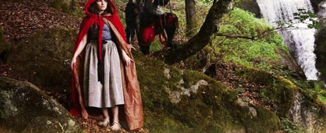 Amanda Knox ricompare in versione Cappuccetto Rosso con il lupo che la insegue
