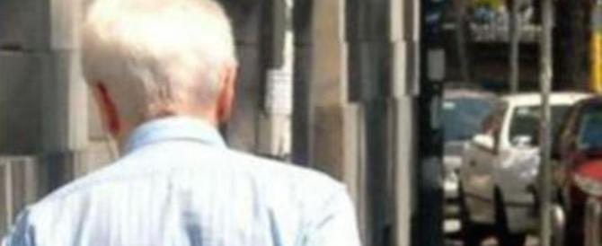 """Si avvicina a un anziano: """"Toccami"""". E gli ruba l'orologio da 5000 euro"""
