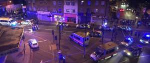 Panico e sangue a Londra, furgone piomba sulla folla a Finsbury Park (video)