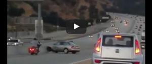 Motociclista colpisce l'auto con un calcio, inferno in autostrada (video)