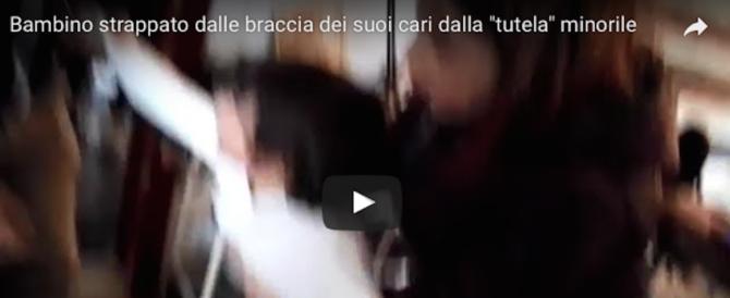 Bambino strappato dalle braccia dei suoi cari: il video choc diventa virale