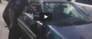 Bimbo lasciato in auto sotto al sole dalla mamma drogata: la polizia lo salva (video)