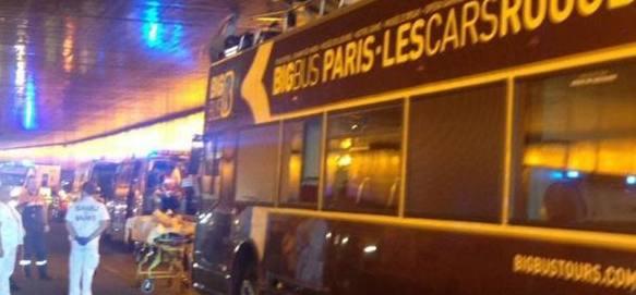 Bus turistico a due piani s'incastra sotto un tunnel. Paura a Parigi