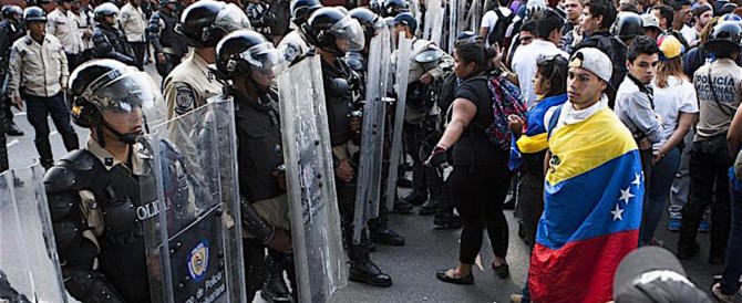 Venezuela, la gente ha fame e scende in piazza ogni giorno: oggi 100 feriti