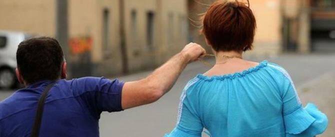 Si finge invalido e strappa una collana d'oro dal collo di un'anziana