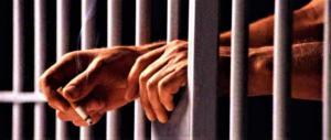 Rivolta al carcere di Sanremo. Roghi e lancio di tavolini: 2 agenti intossicati