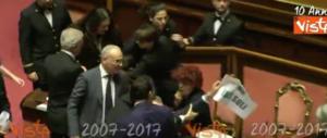 Senato, la ministra Fedeli è stata aggredita? La prova tv la smentisce (VIDEO)