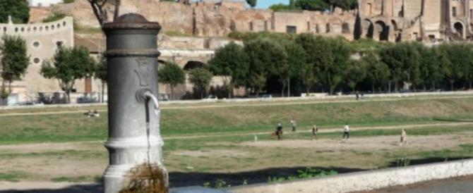 Caldo torrido, romani e turisti senza scampo: Raggi fa chiudere le fontanelle