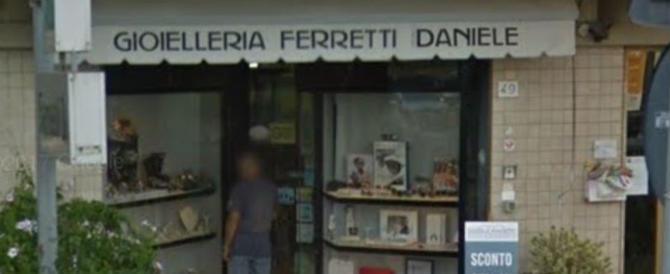 Pisa, il gioielliere: «Mia moglie era sotto tiro, ho sparato per salvarle la vita»