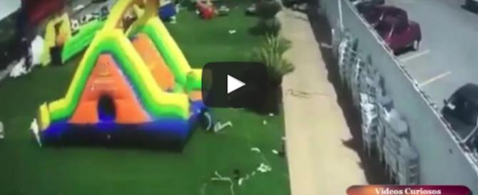 Il vento spazza via i gonfiabili su cui giocano i bambini: tre feriti gravi (video)