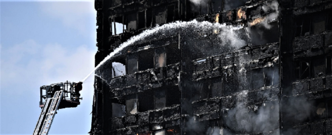 Grenfell Tower, 12 morti. Due famiglie italiane con bambini tra i dispersi