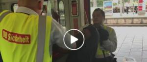 Immigrato senza biglietto: la polizia tedesca usa le maniere forti (video)