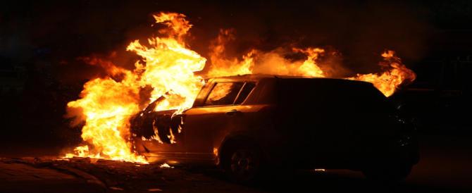 Arrestato il piromane delle auto. Decine le vetture date alle fiamme a Roma sud