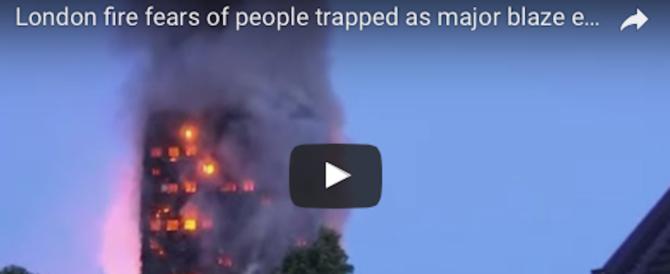Terrore a Londra, in fiamme grattacielo di 27 piani. Molte le vittime (video)