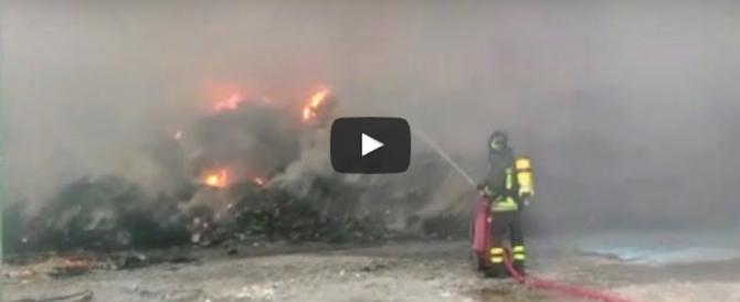 Monterotondo, va a fuoco un deposito di rifiuti. È giallo sulle cause (video)