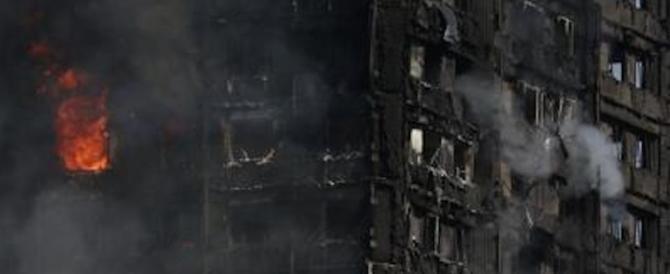 Lancia il figlio dal decimo piano del Grenfell Tower: il bimbo è salvo