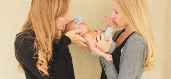 Neonato con due mamme non viene riconosciuto dal Comune: ira dei gruppi gay