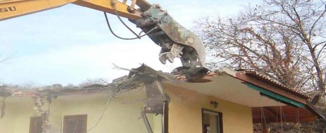 Burocrazia letale, 64enne muore d'infarto mentre gli demoliscono casa