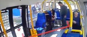 Paura sull'autobus, musulmano aggredisce ragazza: «Putt…» (video)