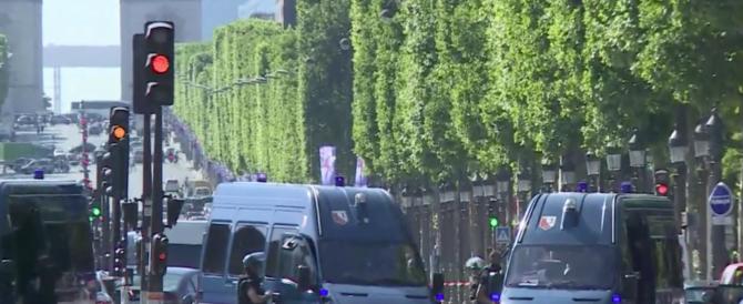 Terrore a Parigi: kamikaze in auto si fa esplodere sugli Champs-Elysées (VIDEO)