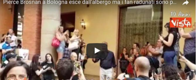 Pierce Brosnan esce dall'hotel, ma gli applausi dei fan non sono per lui… (video)