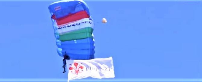 Parà col tricolore a Pitti Uomo: chissà se la Boldrini ha applaudito? (video)