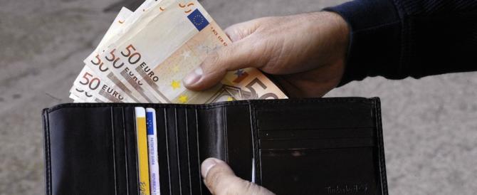Trova un portafoglio con mille euro e lo restituisce al proprietario